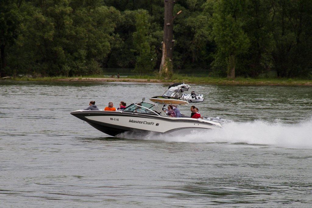 Wasser-Ski-Boot auf dem Rhein